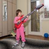 Śmieszny dziecko Z gitarą i rolkowymi łyżwami Zdjęcie Royalty Free
