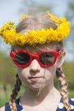 Śmieszny dziewczyna portret w dandelion girlandzie fotografia royalty free