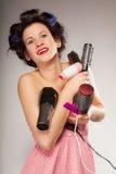 Śmieszny dziewczyny tytułowania włosy trzyma wiele akcesoria Obrazy Royalty Free