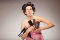 Śmieszny dziewczyny tytułowania włosy trzyma wiele akcesoria Obrazy Stock