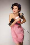 Śmieszny dziewczyny tytułowania włosy trzyma wiele akcesoria Fotografia Royalty Free