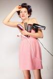 Śmieszny dziewczyny tytułowania włosy trzyma wiele akcesoria Zdjęcie Stock