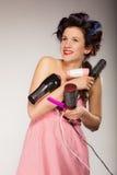Śmieszny dziewczyny tytułowania włosy trzyma wiele akcesoria Zdjęcia Stock