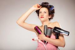 Śmieszny dziewczyny tytułowania włosy trzyma wiele akcesoria Fotografia Stock
