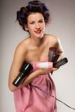 Śmieszny dziewczyny tytułowania włosy trzyma wiele akcesoria Zdjęcie Royalty Free