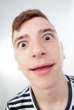 Śmieszny facet grimacing z jej twarzą zdjęcie stock