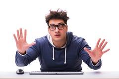 Śmieszny głupka mężczyzna pracuje na komputerze odizolowywającym na bielu Obraz Royalty Free