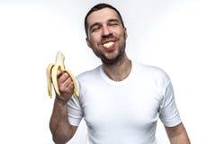 Śmieszny i dziwaczny mężczyzna je banana Cieszy się to Mężczyzna je banana w śmiesznym sposobie Jego zachowywa się jest jak Obrazy Stock