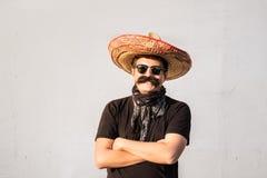 Śmieszny i rozochocony mężczyzna ubierał up w tradycyjnym meksykańskim sombrer zdjęcia royalty free