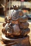Śmieszny kreskówki królewiątko, będący ubranym perukę i koronę, brązowa statua Obraz Stock