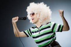 Śmieszny mężczyzna z afro fryzurą na bielu Obraz Royalty Free
