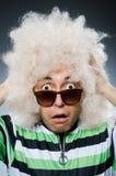 Śmieszny mężczyzna z afro fryzurą na bielu Zdjęcia Stock