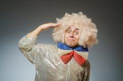 Śmieszny mężczyzna z afro peruką Fotografia Stock