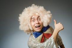Śmieszny mężczyzna z afro peruką Obraz Royalty Free