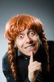 Śmieszny mężczyzna z czerwoną włosianą peruką obrazy royalty free