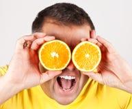 Śmieszny mężczyzna z pomarańcze zdjęcie stock