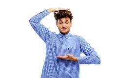 Śmieszny młody człowiek gestykuluje z jego rękami Zdjęcia Stock