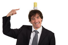 Śmieszny młody człowiek z żarówką nad jego głową, odosobnioną na białym tle Obrazy Stock