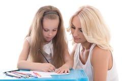 Śmieszny małej dziewczynki i matki rysunek używa kolorów ołówki odizolowywa Zdjęcie Stock