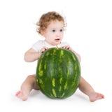 Śmieszny mały dziecko z dużym arbuzem Zdjęcie Stock