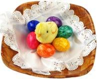 Śmieszni mali pisklęcy i malujący jajka. Zdjęcie Stock