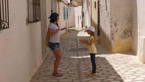 Śmieszny mamy i córki taniec jak mała kaczka podczas gdy spacer wzdłuż miasto ulicy zdjęcie wideo