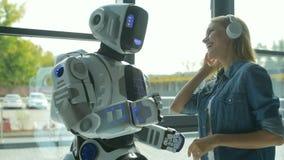 Śmieszny mechaniczny maszynowy taniec z dziewczyną zbiory wideo