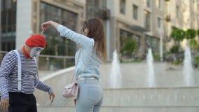 Śmieszny mim zabawia eleganckiej kobiety przy ulicą zdjęcie wideo