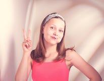 Śmieszny nastoletni dziewczyny łasowania lollypop Obrazy Royalty Free