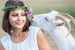 Śmieszny obrazek piękny młoda dziewczyna rolnik z wiankiem na ona Obraz Royalty Free