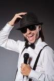 Śmieszny piosenkarz z mikrofonem Fotografia Royalty Free