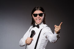 Śmieszny piosenkarz z mikrofonem Obrazy Stock