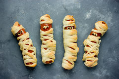 Śmieszny pomysł dla dzieciaków dla Halloweenowego jedzenia - kiełbasa w cieście jako a. M. zdjęcia royalty free