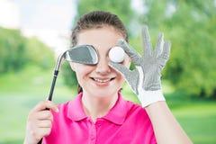 Śmieszny portret szczęśliwi golfiści z oko piłką odizolowywającą na b zdjęcie royalty free