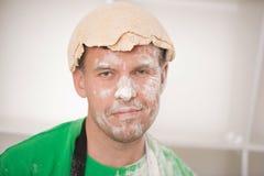 Śmieszny przystojny mężczyzna z ciastem Obraz Royalty Free