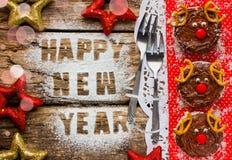 Śmieszny reniferowy Bożenarodzeniowy deser zasycha na stole z dekoracjami Fotografia Royalty Free