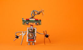Śmieszny robota elektryk z cążkami Kreatywnie projekta mechaniczna zabawka z elektryczną drut fryzurą, elektroniczni obwody Fotografia Stock