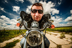 Śmieszny rowerzysta ściga się na drodze fotografia royalty free