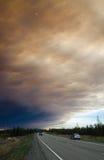 Śmieszny rzeka dymu pióropusz nad Niezawodną autostradą Obrazy Stock