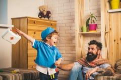 Śmieszny szczęśliwy dziecko i ojciec bawić się wpólnie w lekarkach dom rodzinny wizerunku jpg wektor Pediatry Obrazy Royalty Free