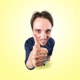 Śmieszny szczęśliwy mężczyzna mówi ok z kciukiem up Obrazy Royalty Free