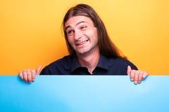 Śmieszny twarz mężczyzna trzyma karton obraz stock