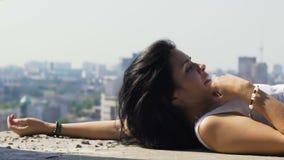 Śmieszny wypadek podczas mknącego gołębia lata blisko modela, strasząca piękna kobieta zbiory wideo