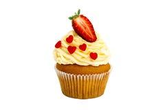 Śmietankowa słodka babeczka z truskawką na wierzchołku na białym tle Obraz Royalty Free