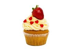 Śmietankowa słodka babeczka z truskawką na wierzchołku na białym tle Zdjęcia Royalty Free