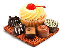 Śmietankowy słodka bułeczka z czekoladowymi cukierkami, cukierki odizolowywający Fotografia Royalty Free
