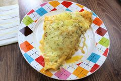 Śmietankowy tandetny tortilla piec naczynie z zmielonym mięsa i mozzarelli serem dla rodzinnego gościa restauracji obrazy stock