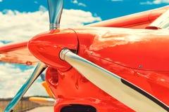Śmigło czerwony samolot przy lotniskiem Zdjęcia Royalty Free