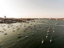 Śmigłowcowy lota widok z lotu ptaka wizerunek Boston MA, usa podczas zmierzchu schronienia z łodziami blisko nabrzeże zatoki Obraz Stock