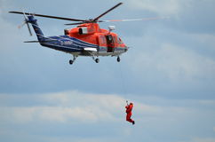 śmigłowcowy mężczyzna za burtą ratuneku szkolenie Fotografia Stock